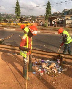 L'Association des jeunes Dynamiques de Mfandena (AJDM) nettoient les rigoles de leur quartier